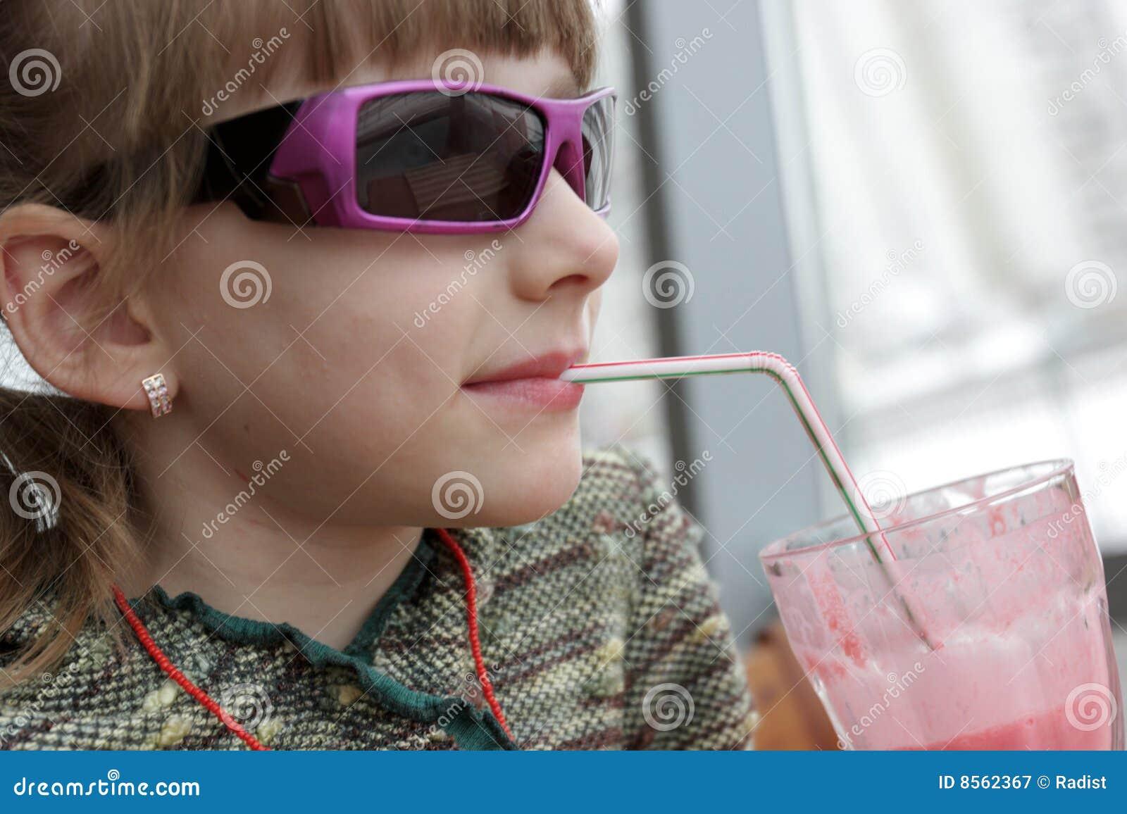La ragazza beve il frappè