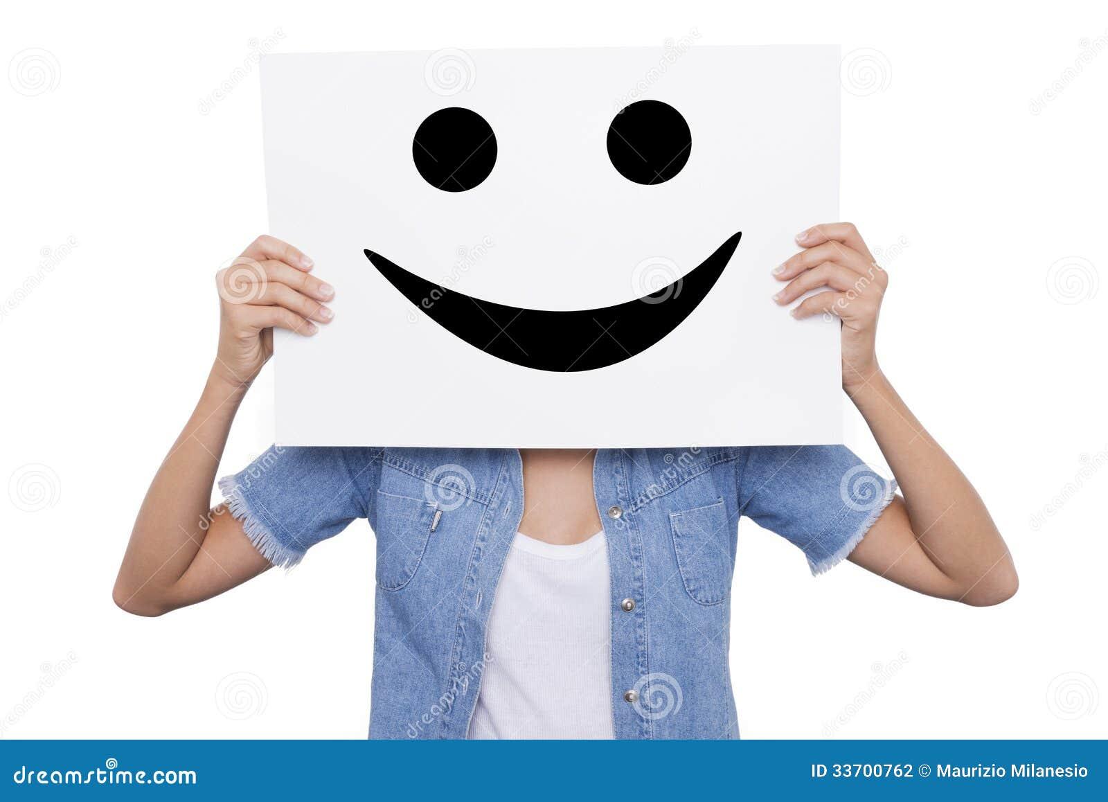 La ragazza che tiene un cartello con sorridere sorride for Suo e suo bagno