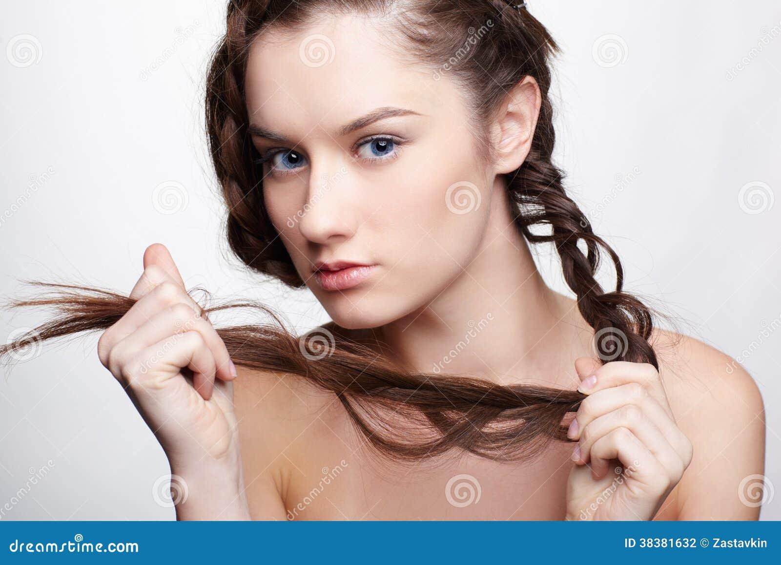 La ragazza con creativo capelli-fa