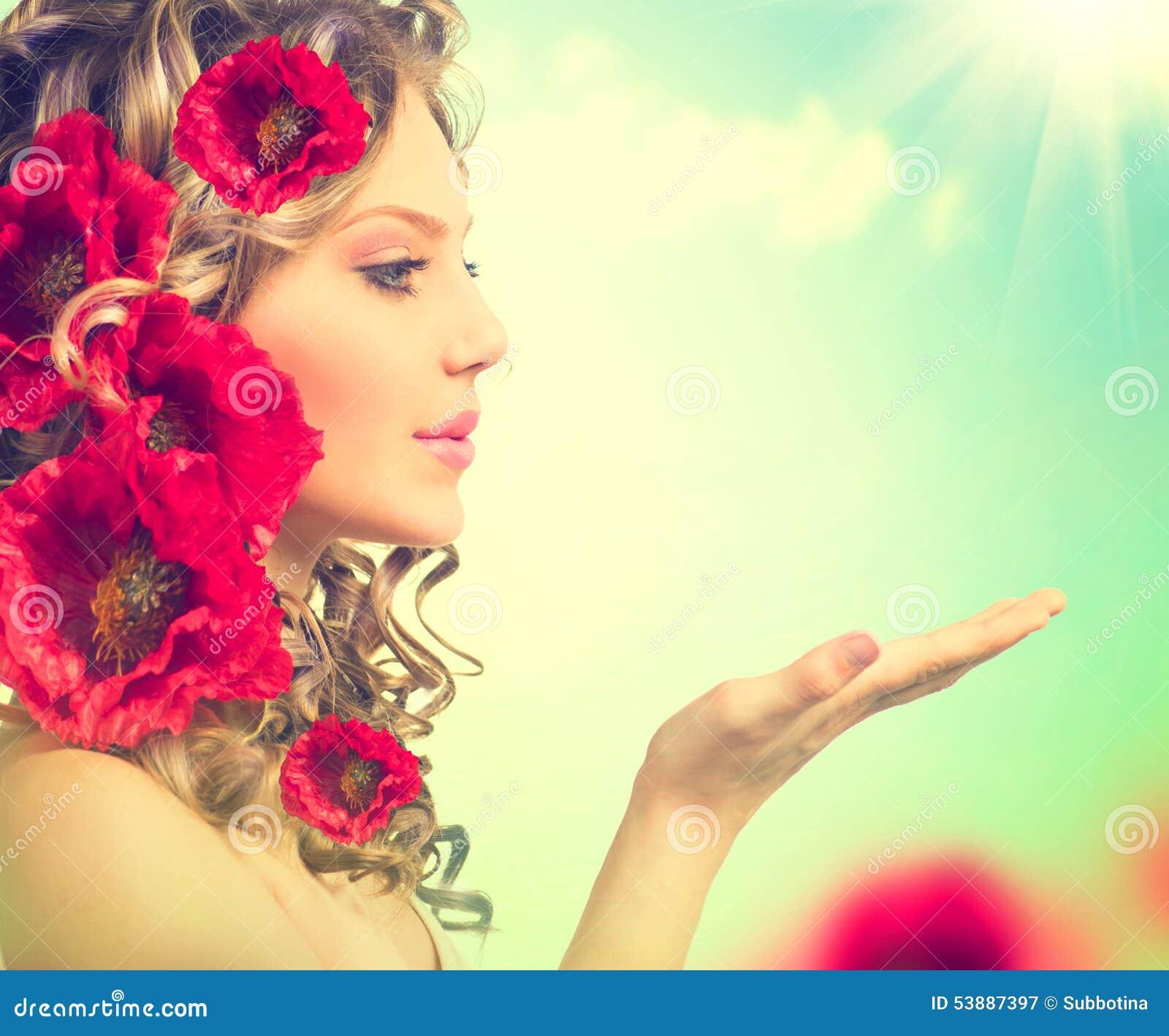 La ragazza con il papavero rosso fiorisce l acconciatura