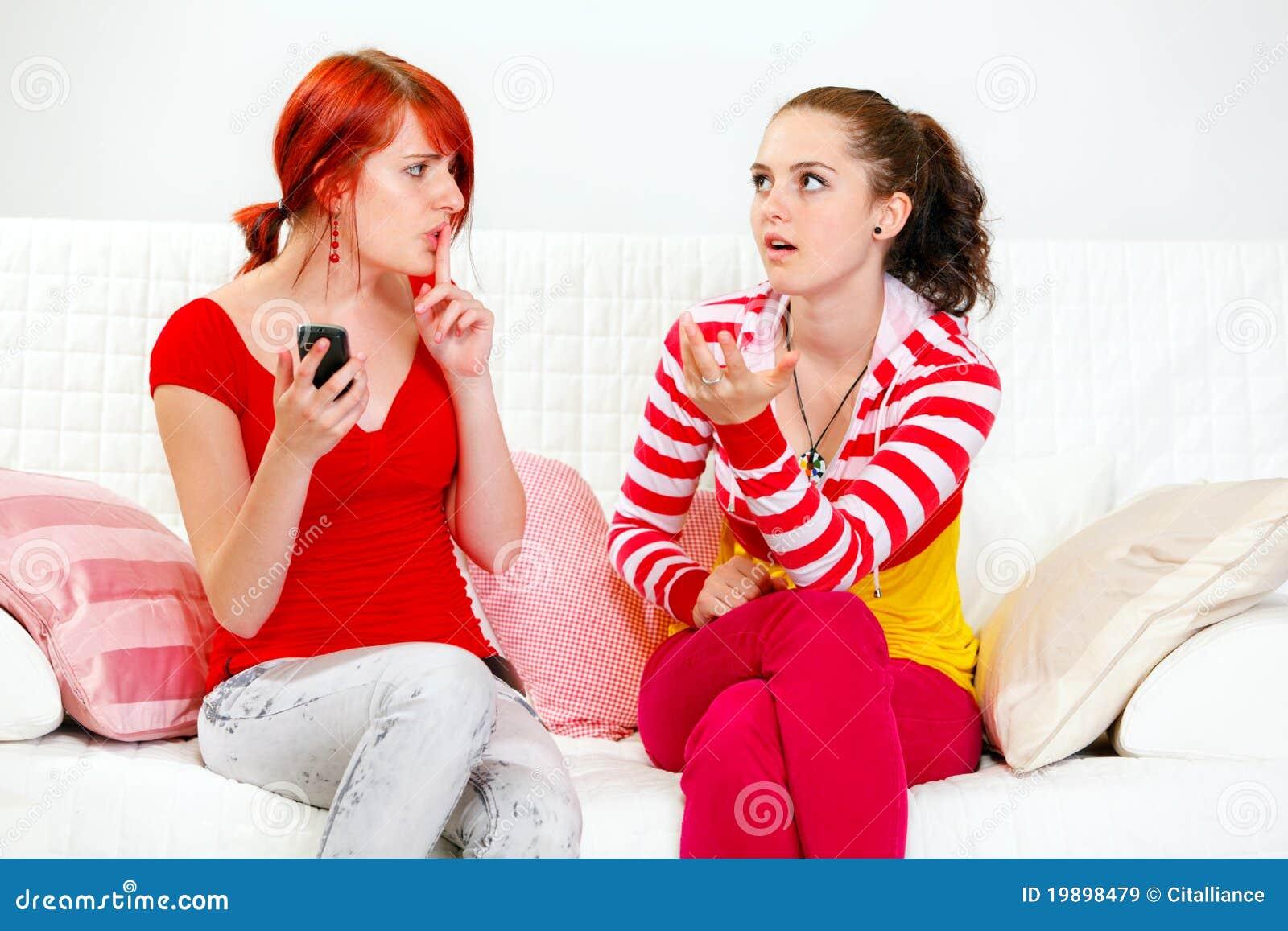 La ragazza con la mostra mobile fa tacere la sua amica