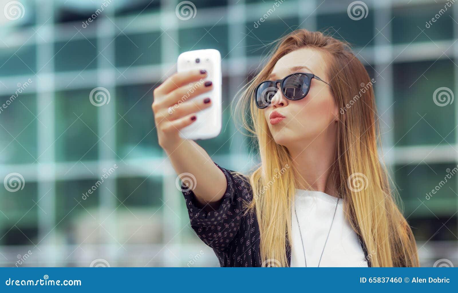La ragazza d avanguardia fa un selfie