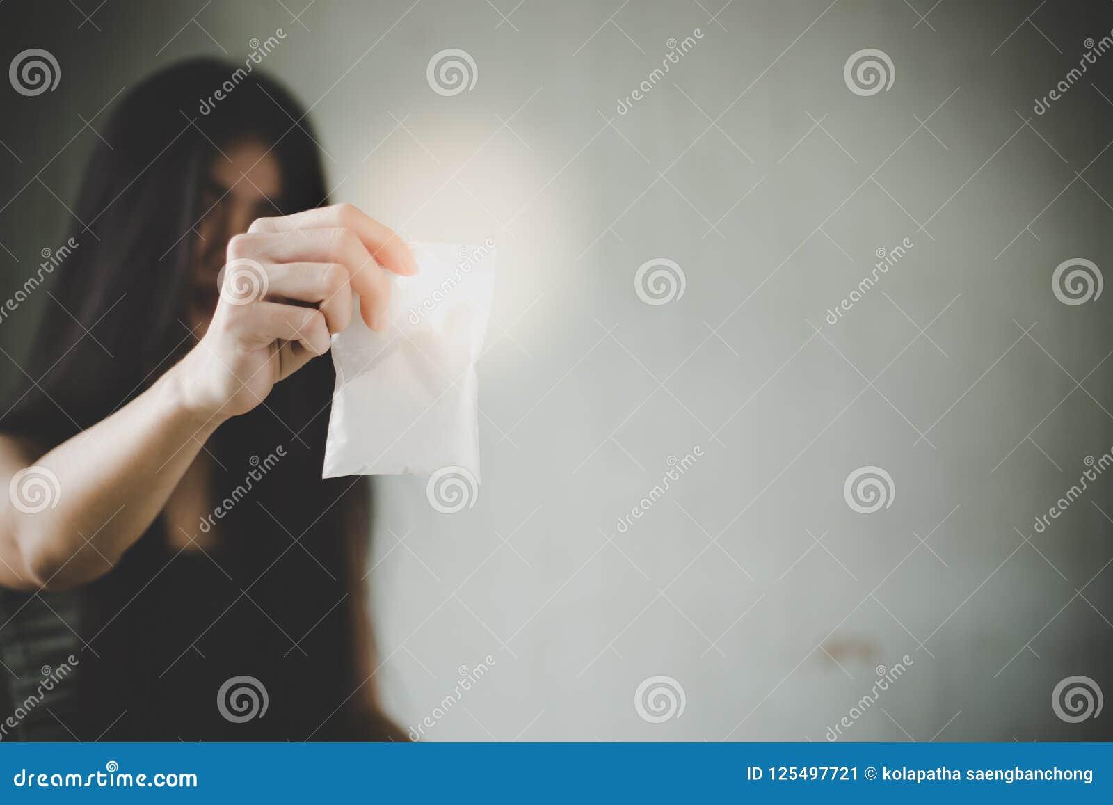 La ragazza del drogato sta mostrando lo stupefacente o la cocaina, eroina al cliente