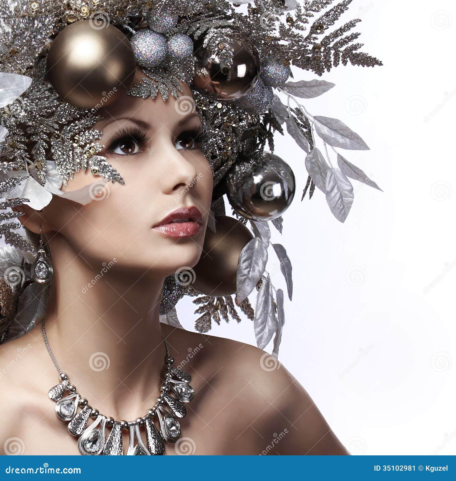 La ragazza di modo di Natale con il nuovo anno ha decorato l acconciatura. Neve Q