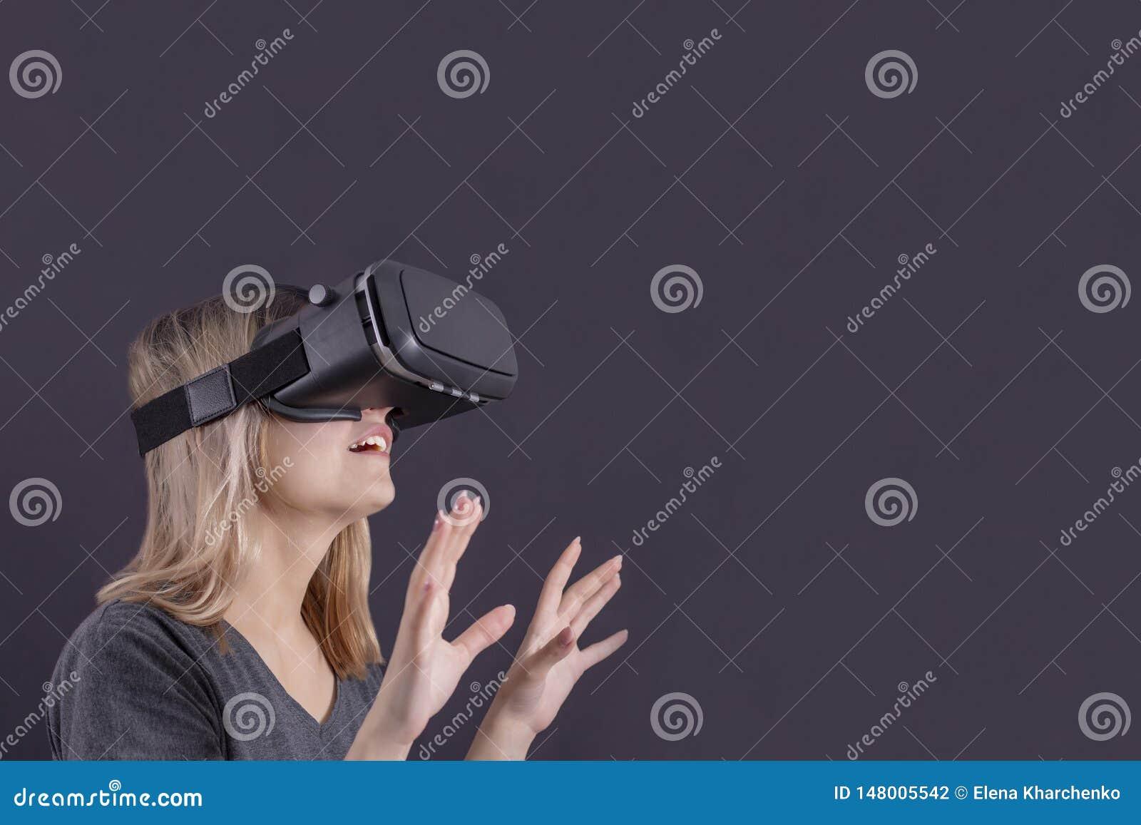La ragazza di vetro di realt? virtuale in vetri di realt? virtuale ? sorpresa