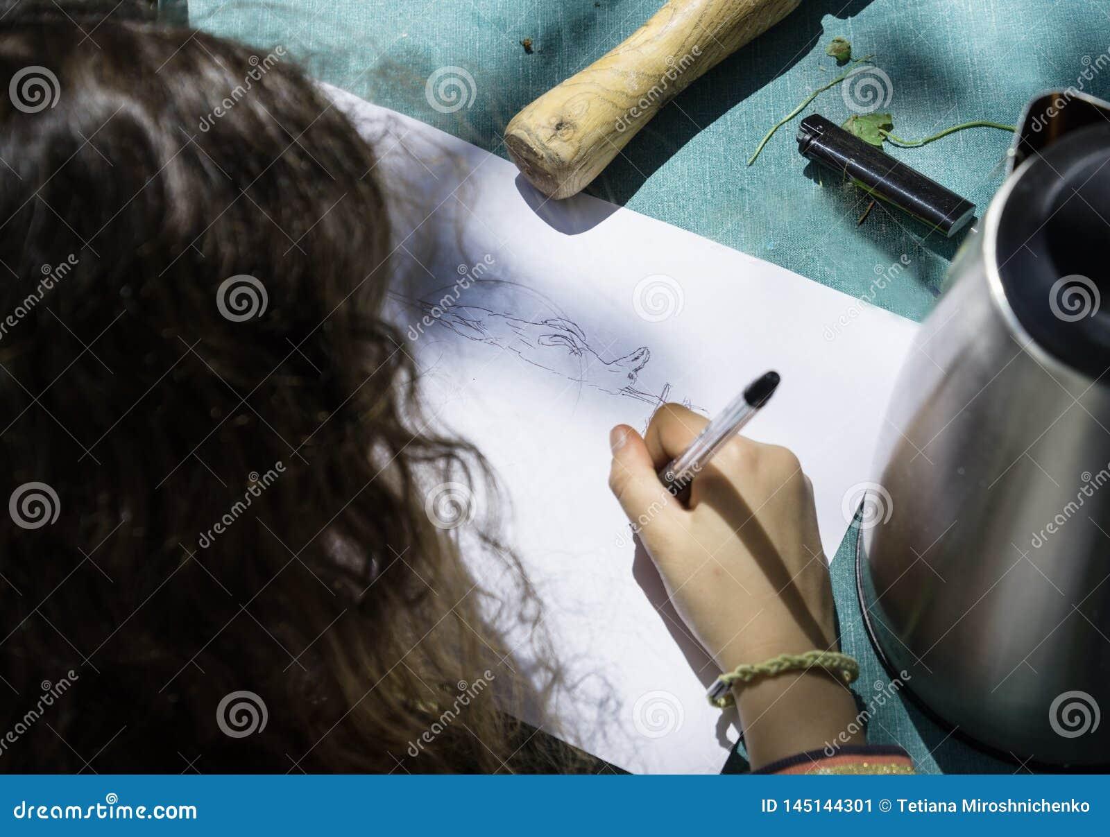 La ragazza disegna l agnello di Pasqua su un fuso