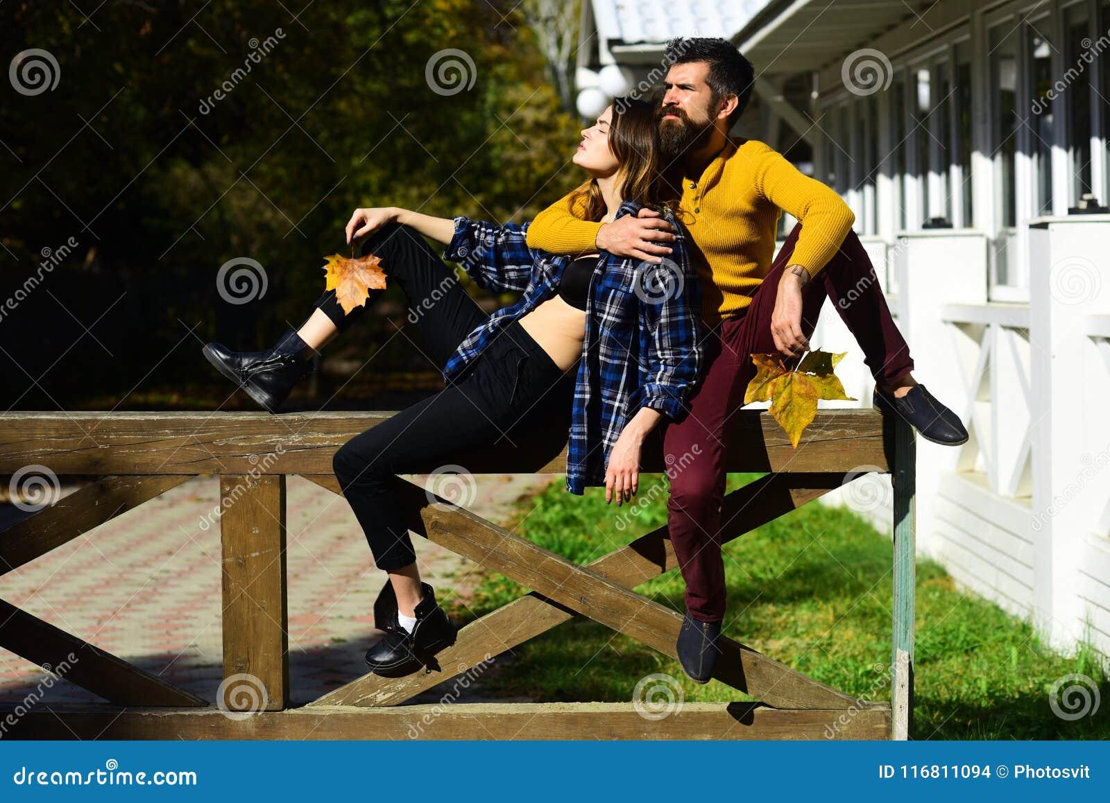 La ragazza ed il tipo si trovano sul corrimano di legno di nuovo alla parte posteriore