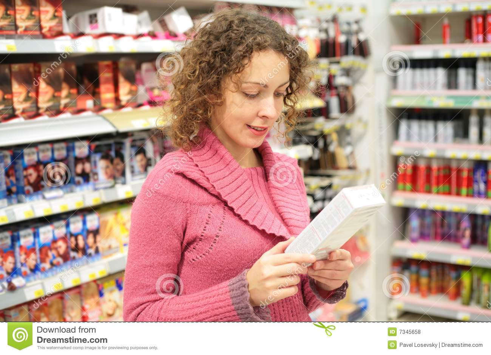 La ragazza esamina la casella con le merci in mani