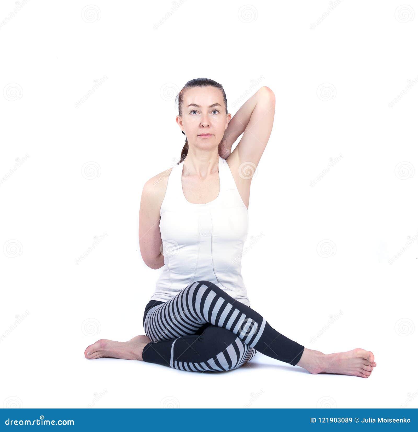 La ragazza esegue le pose differenti di yoga, bello modello flessibile su un fondo bianco meditazione e asanas