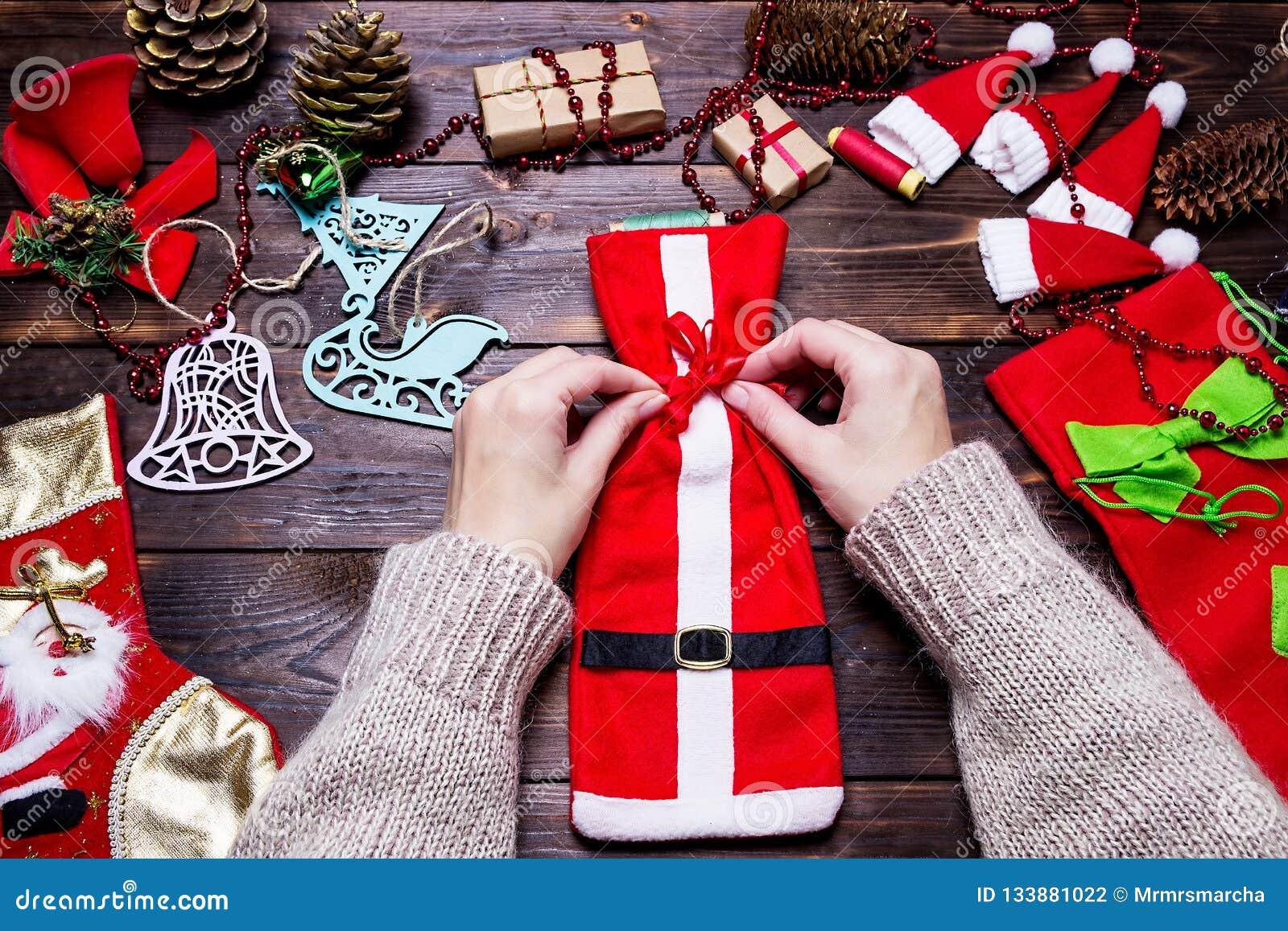 Regali Di Natale Ragazza.La Ragazza Fa I Regali Di Natale Su Una Tavola Di Legno Scura