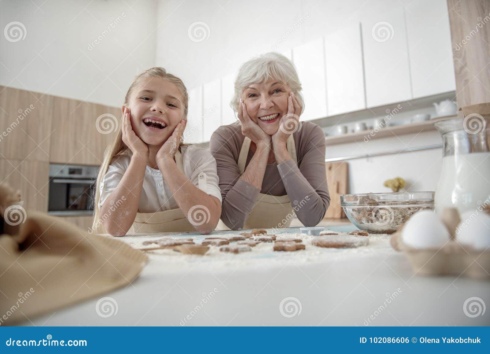 La ragazza felice gradisce cucinare con sua nonna