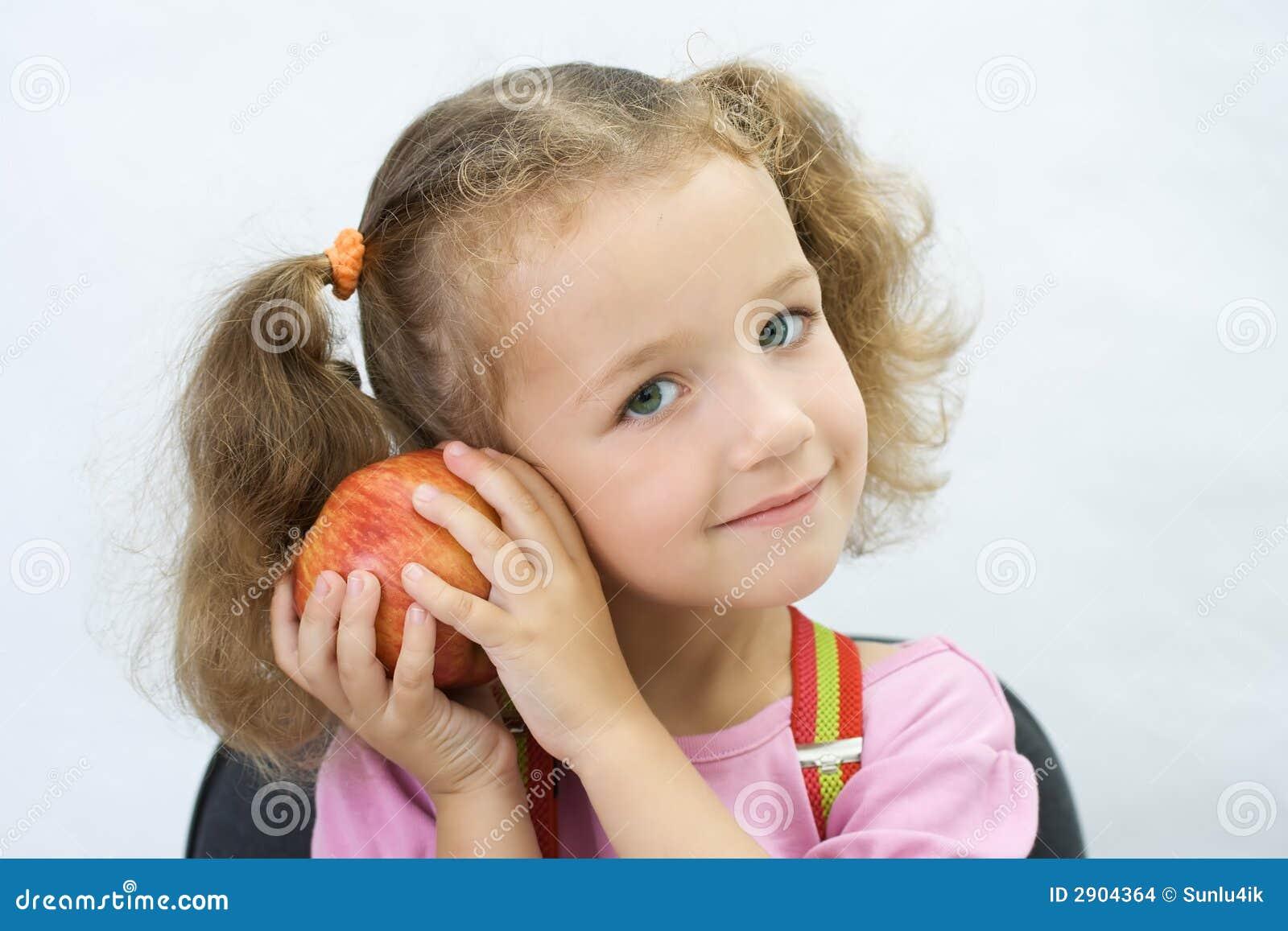 La ragazza graziosa con una mela