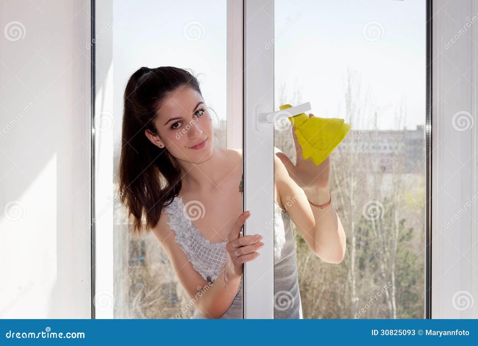 La ragazza lava una finestra