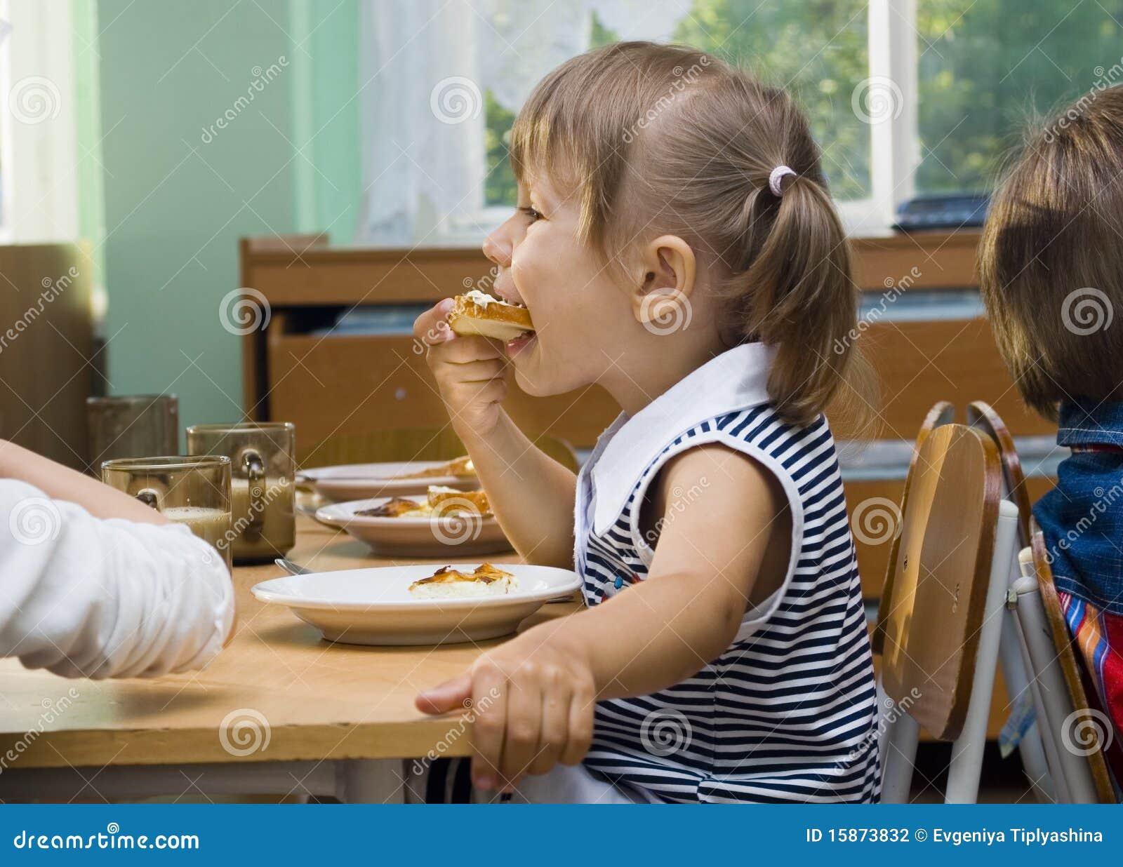 La ragazza mangia