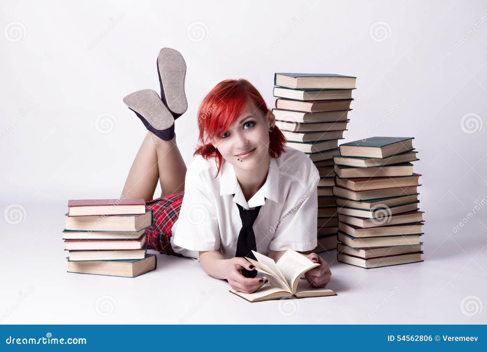 La ragazza nello stile di anime che legge un libro