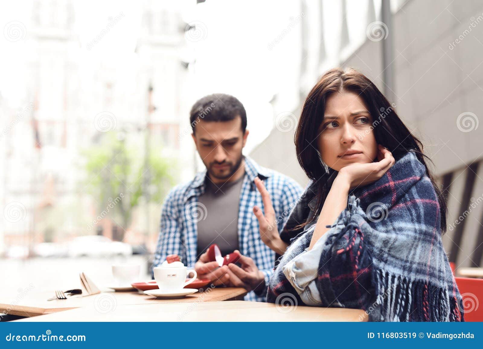 La ragazza rifiuta il ragazzo nella proposta di matrimonio