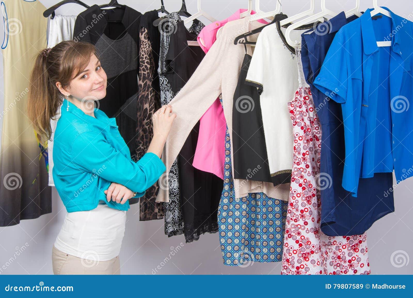 La ragazza sceglie i vestiti in guardaroba ed ha esaminato la struttura