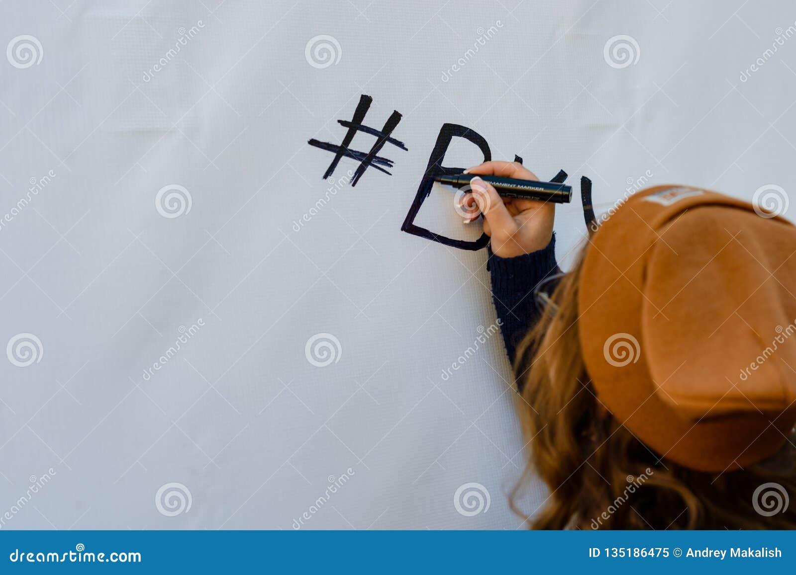 La ragazza scrive l indicatore sulla parete