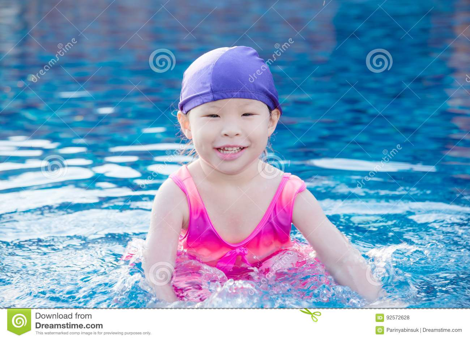 La ragazza sorride alla piscina