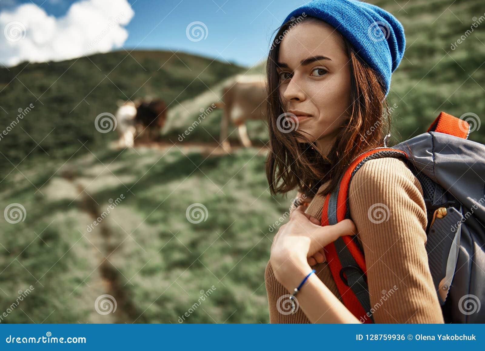 La ragazza sorridente sta scalando sul picco