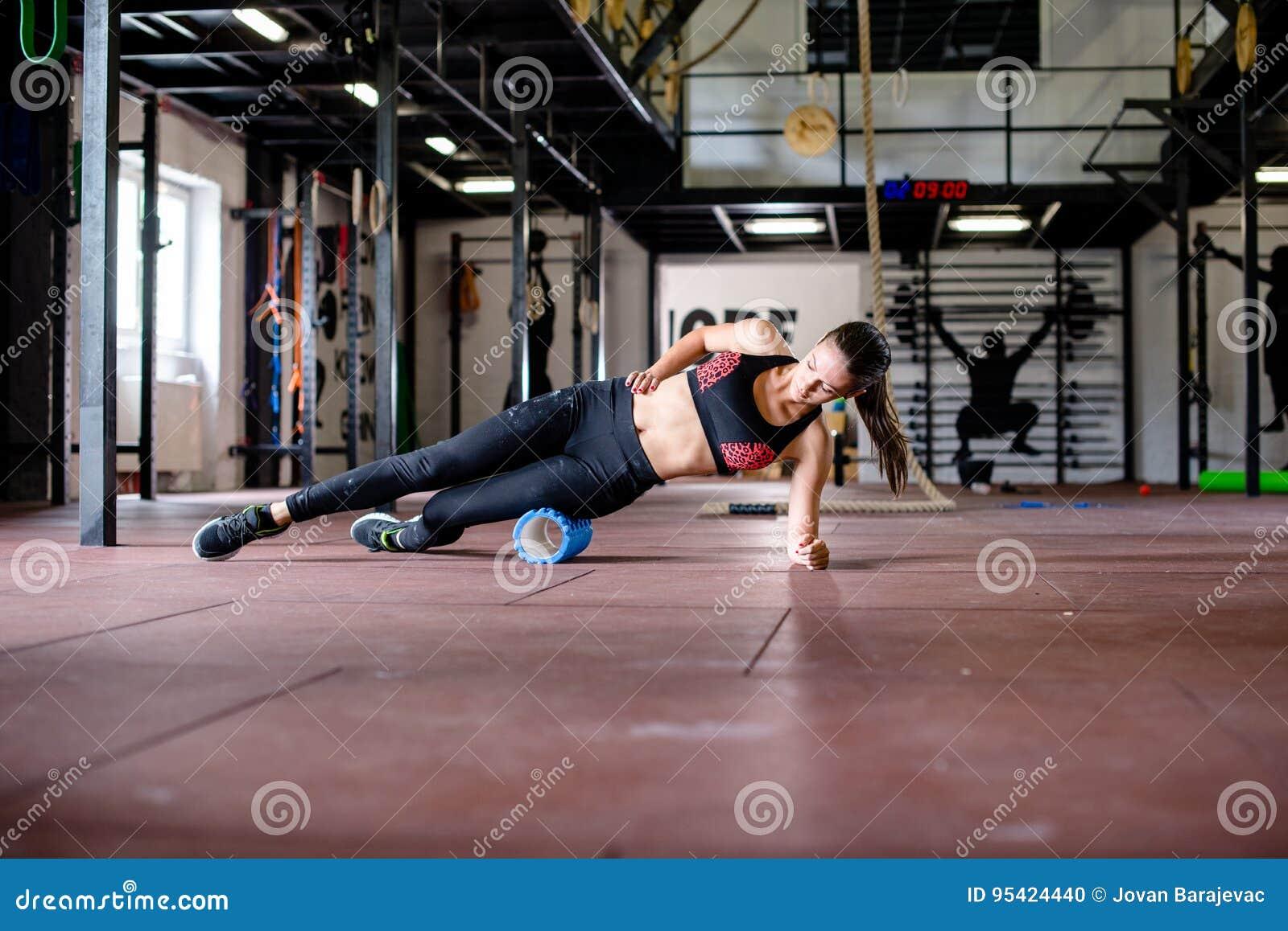 La ragazza sta esercitandosi sul pavimento della palestra