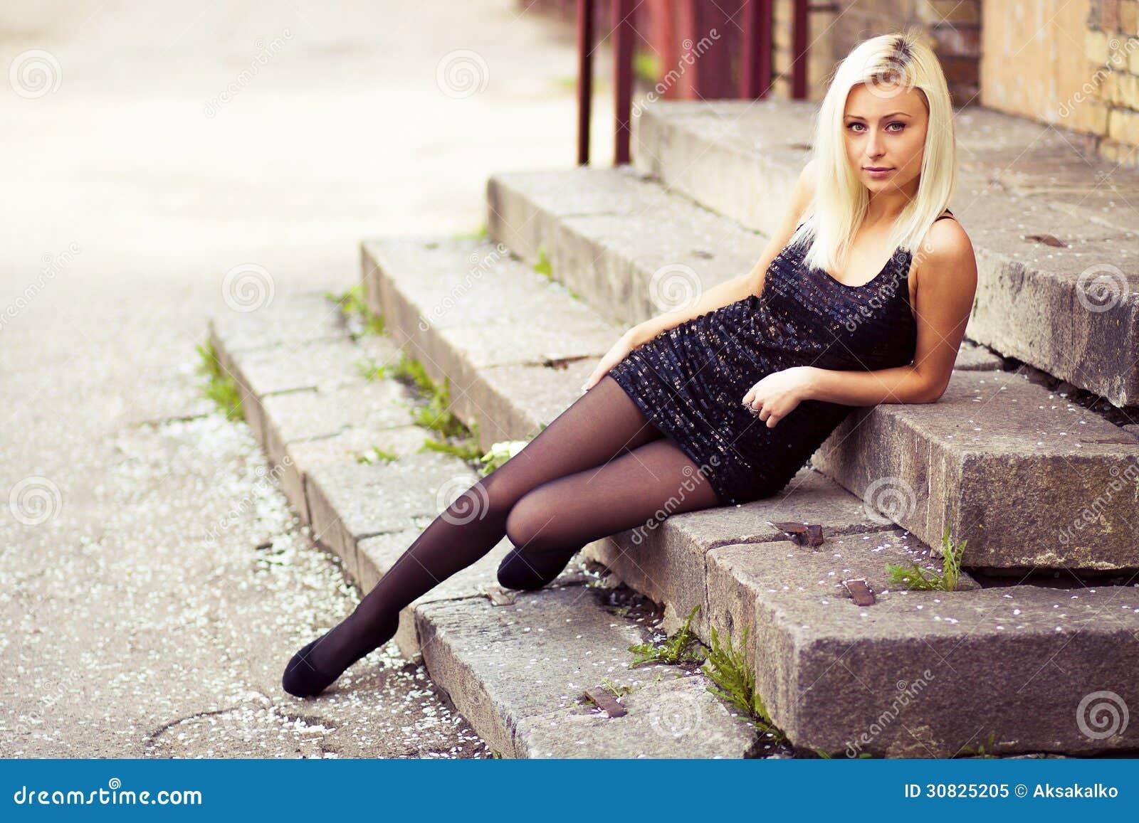 La ragazza sta sedendosi