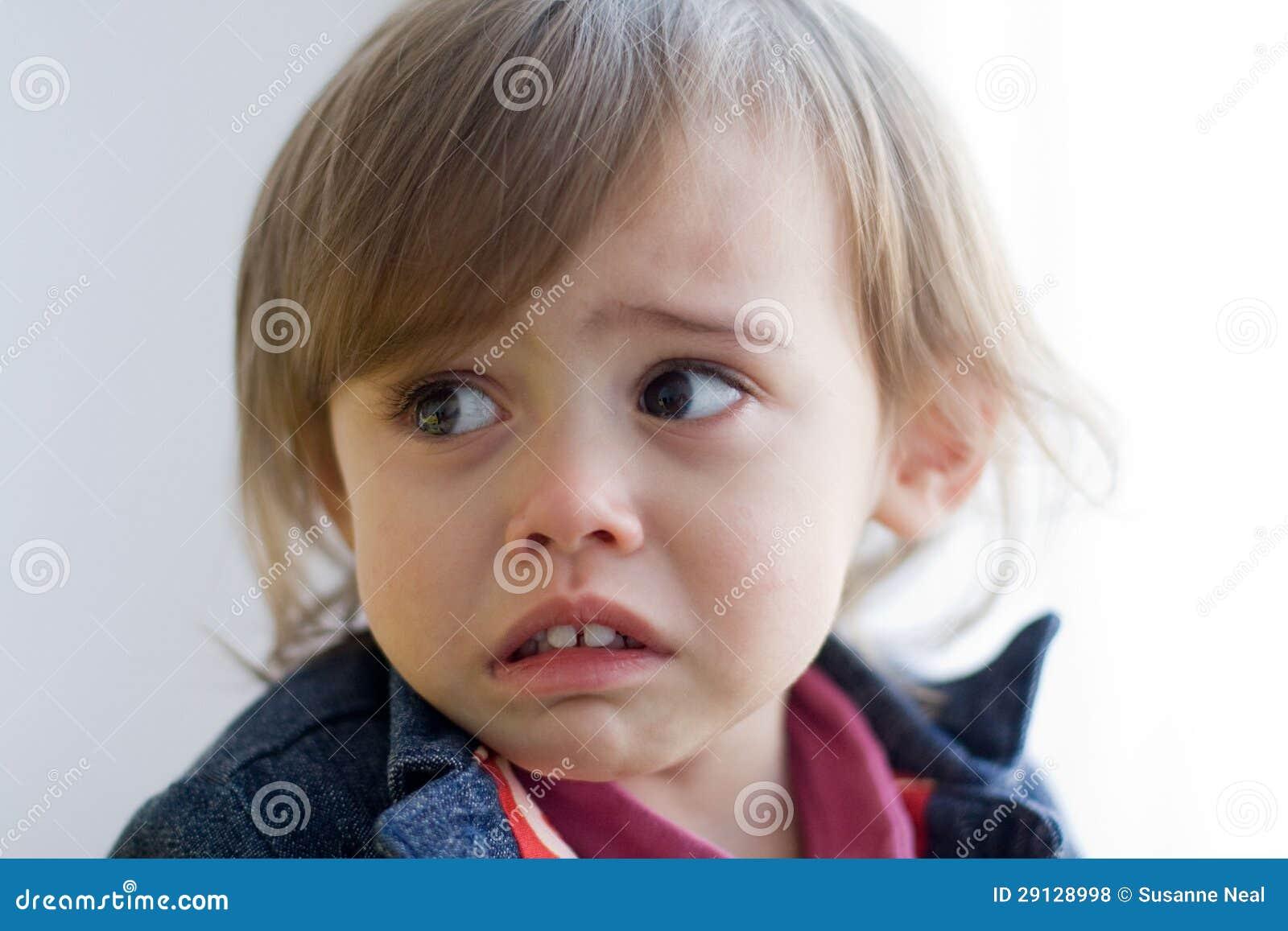 Primo piano di piccola (asiatico Caucasian) ragazza di un anno  multiculturale sveglia con capelli e gli occhi marroni. Porta un  rivestimento del denim ed è ... 06b9e632acda