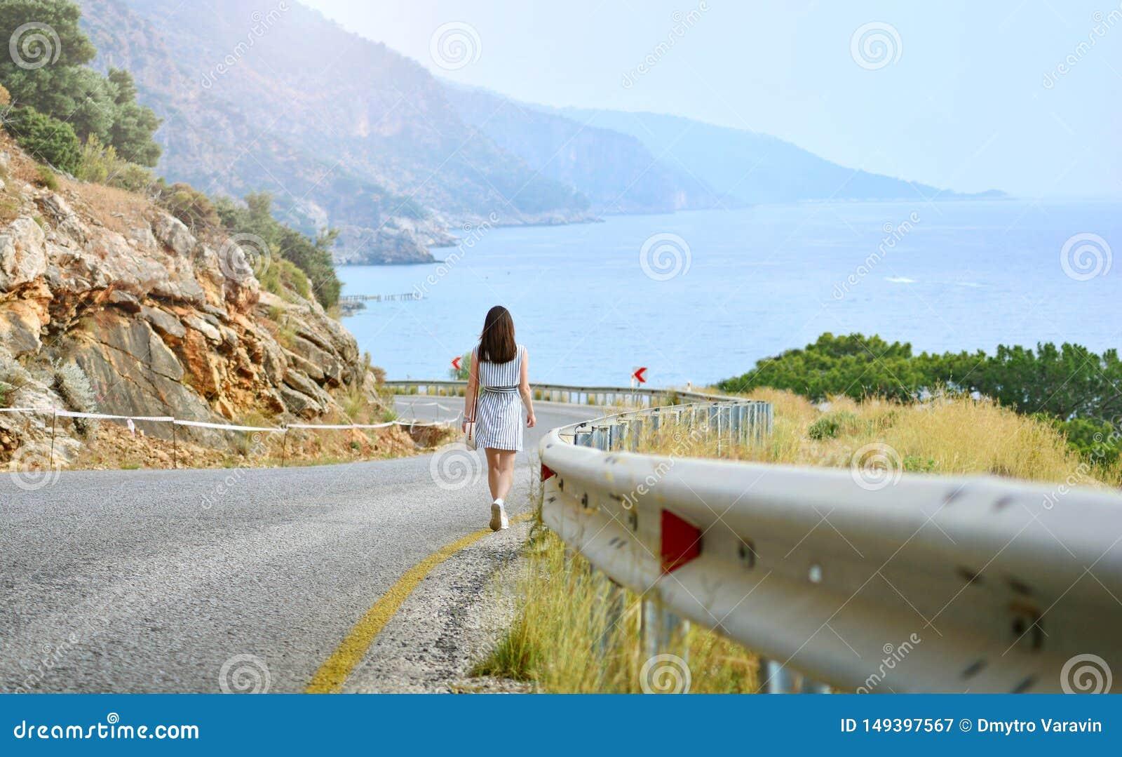 La ragazza va gi? dalla strada della montagna al mare