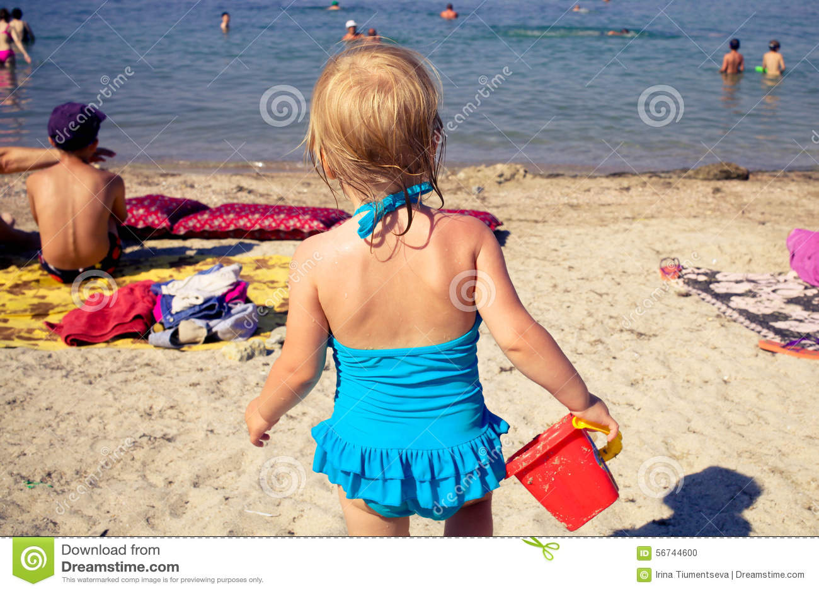 La ragazza va sul mare