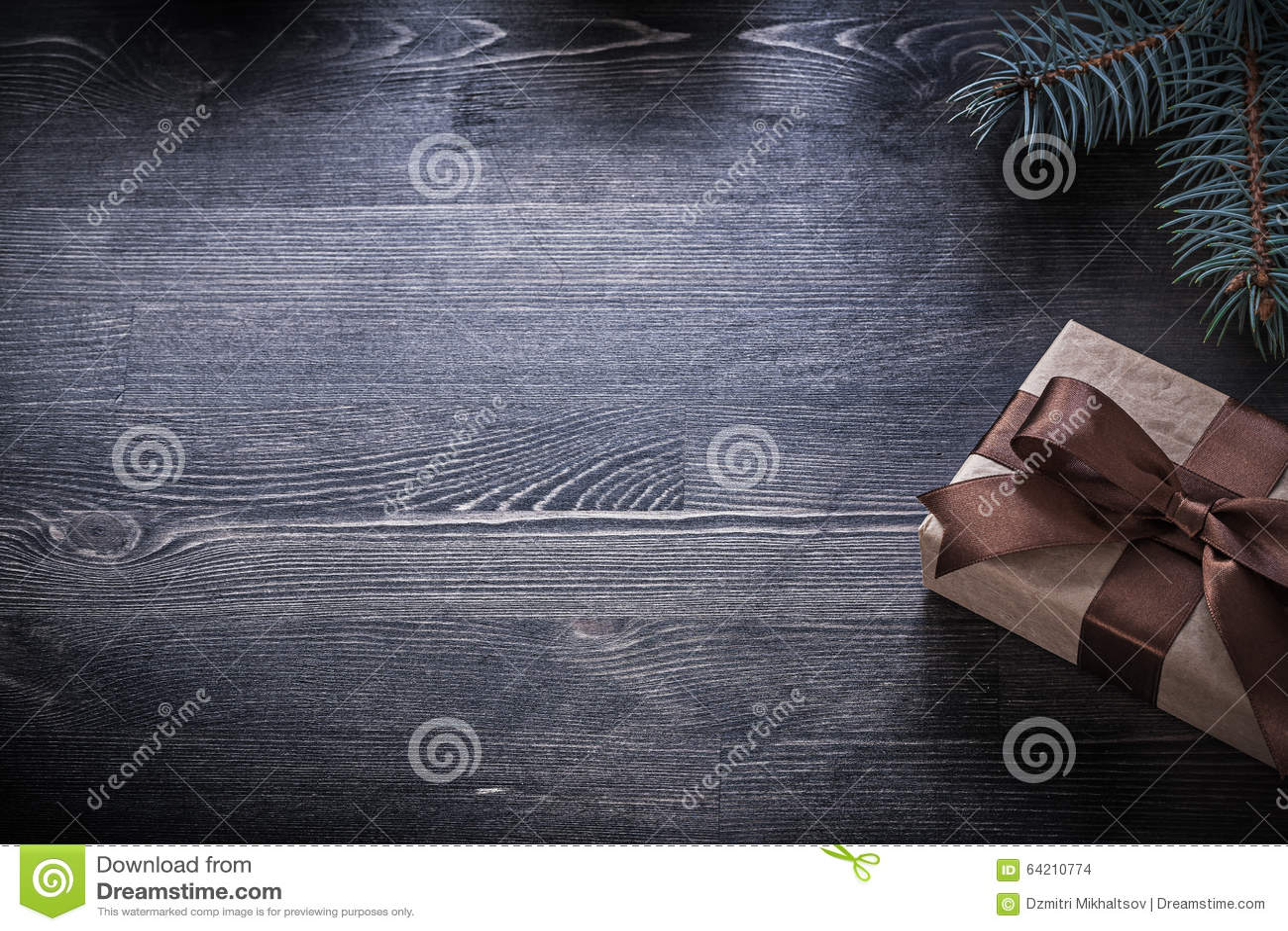 La rama del abeto envolvió la actual caja en el tablero de madera
