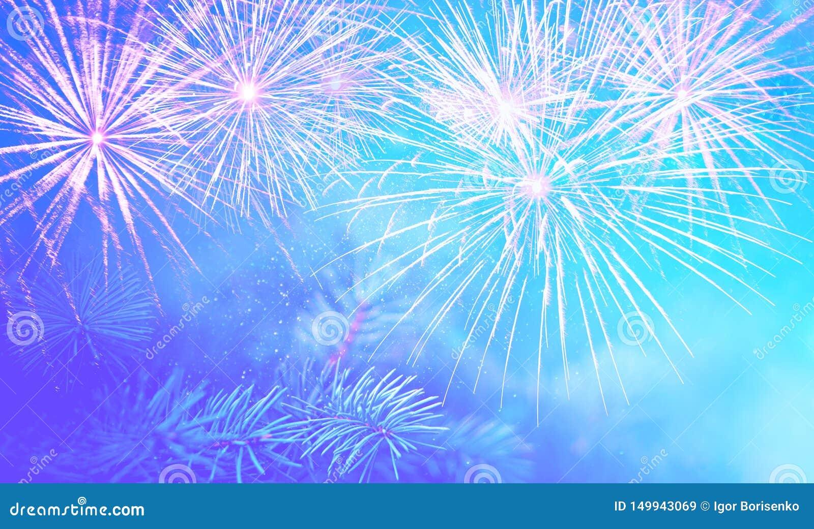 La rama del pino de la Navidad en un fondo azul hermoso con las chispas y los fuegos artificiales salpica, el humor maravilloso d