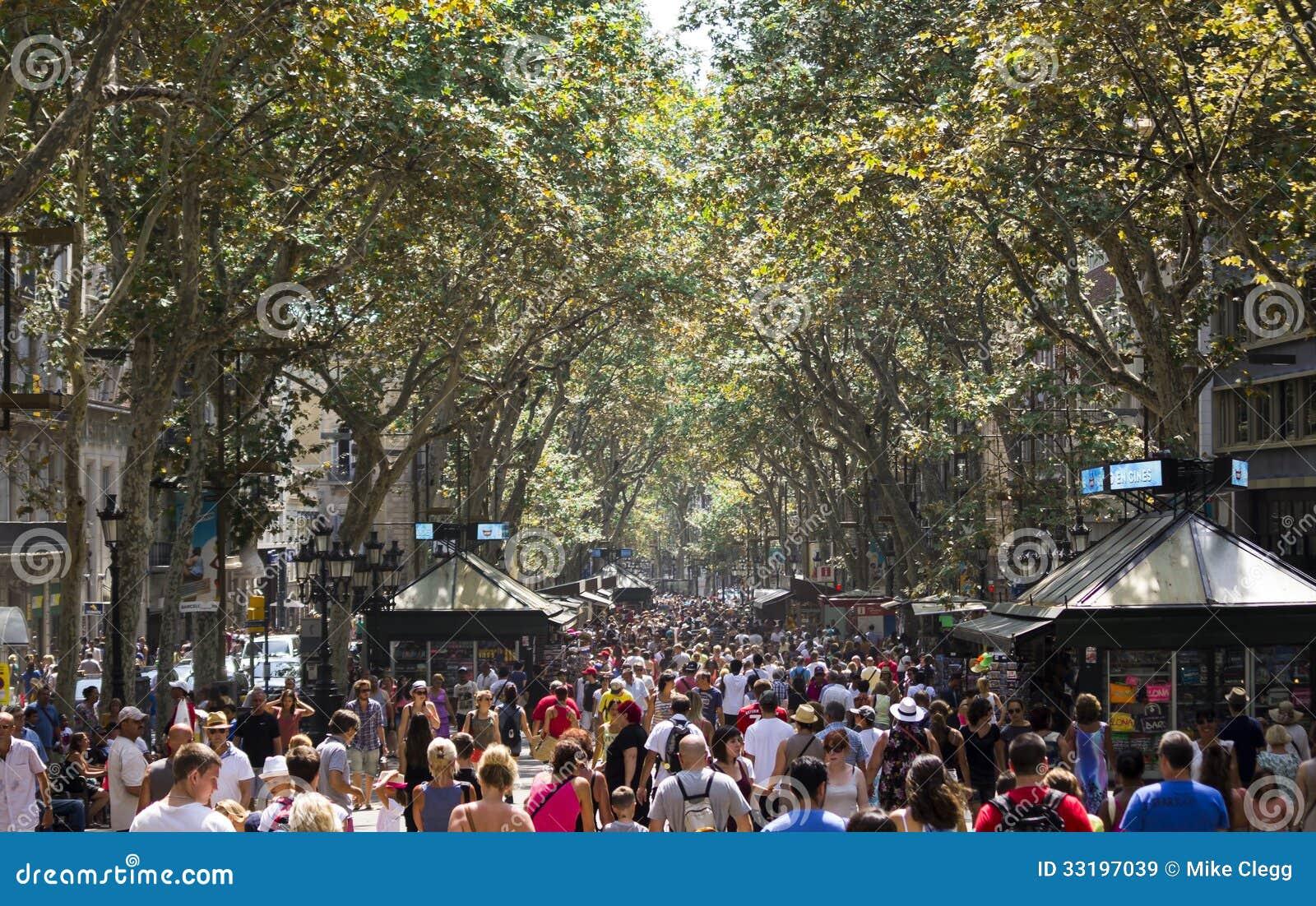 La Rambla Crowd Editorial Stock Image - Image: 33197039