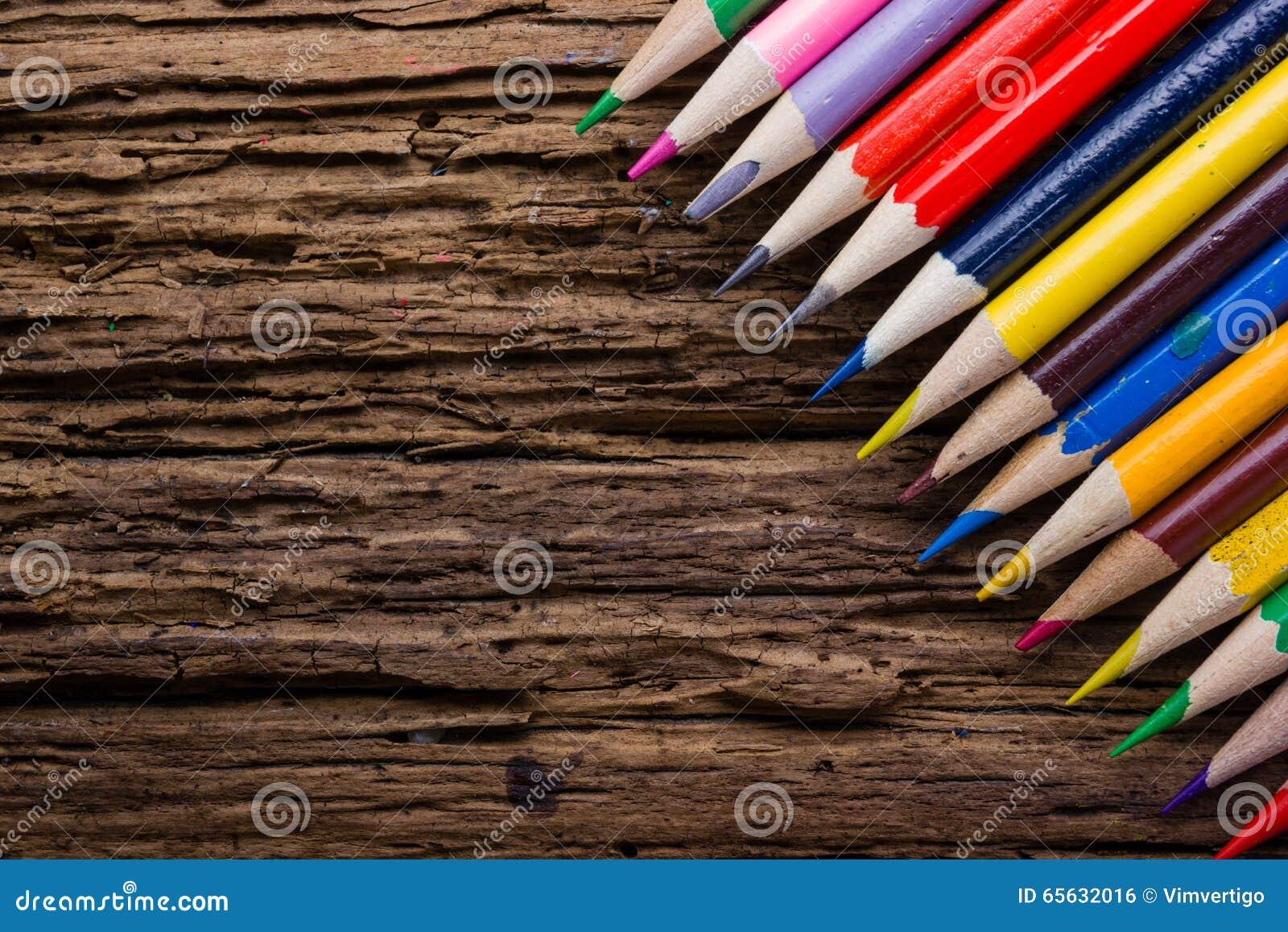 La rangée de couleur dessin crayonne le plan rapproché sur vieux naturel grunge courtisent