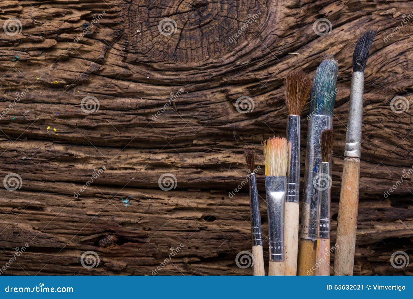 La rangée des pinceaux d artiste se ferment sur le vieux grunge rustique naturel