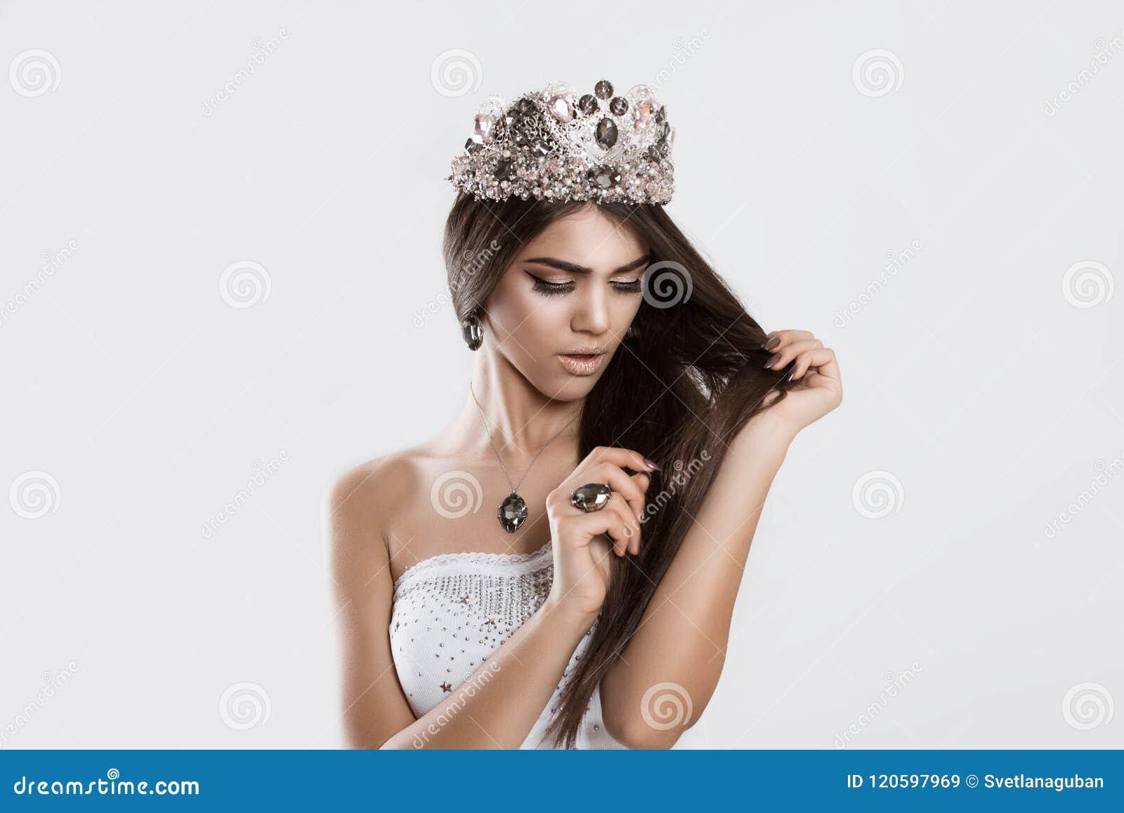 La reina de belleza que consigue preocupada ve su pelo dañado