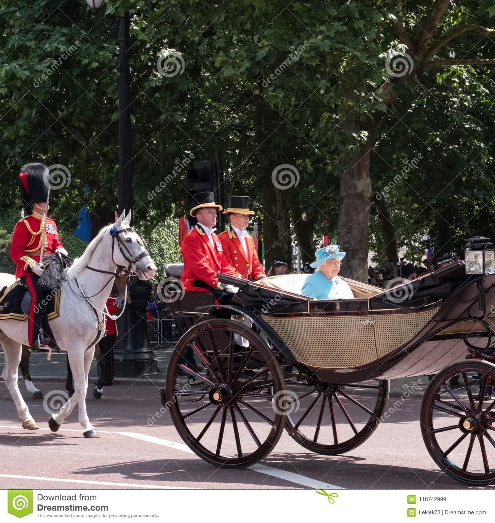 La reina Elizabeth II viaja a lo largo de la alameda en un carro abierto tirado por los caballos, en su manera a la marcha del de