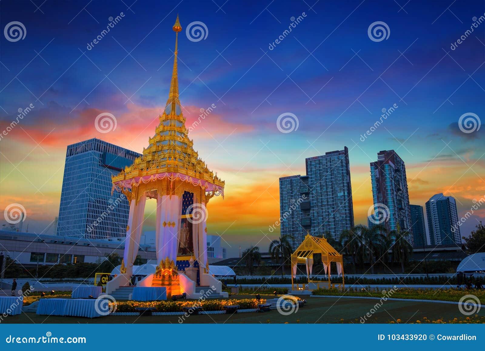 La replica del crematorio reale di re recente Bhumibol Adulyadej costruito per il funerale reale a BITEC - interno della Sua Maes