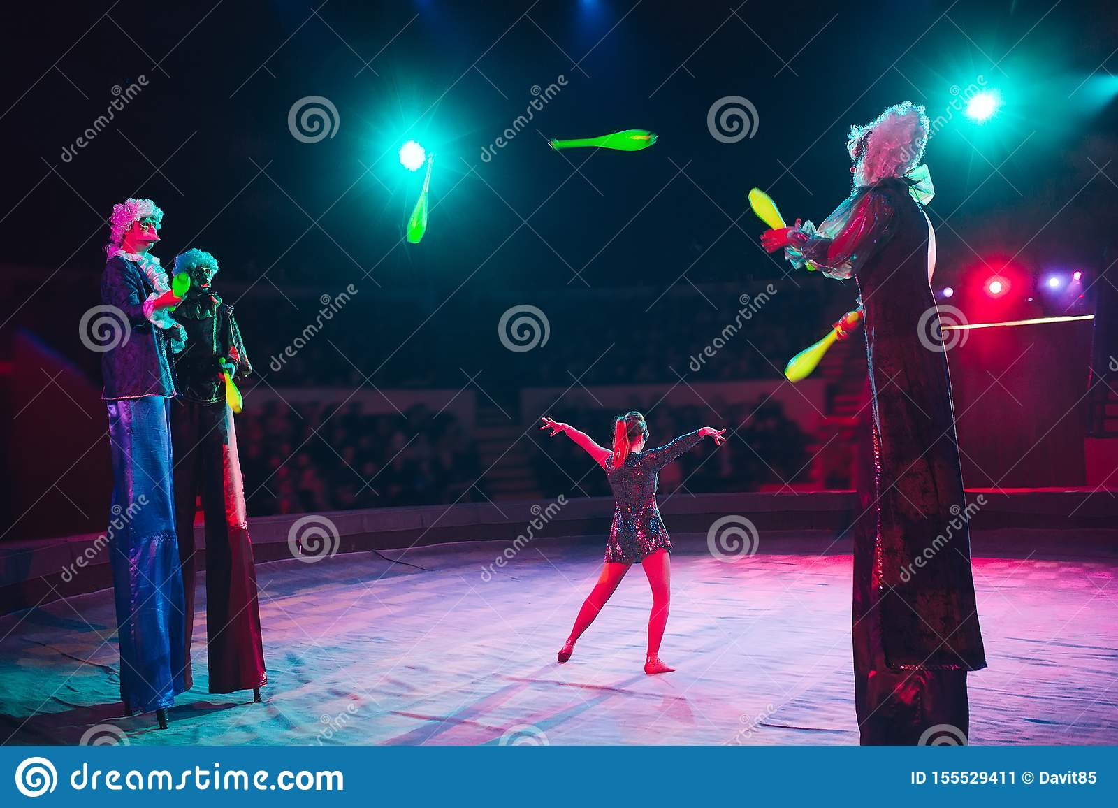 La représentation des échasse-marcheurs dans le cirque