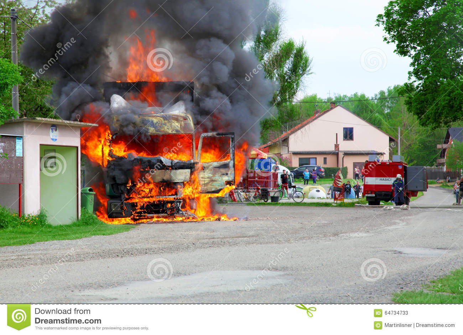 LA REPUBBLICA CECA, VSTIS, IL 9 MAGGIO 2013: Camion dei vigili del fuoco in mezzo al villaggio, pompieri da aiutare