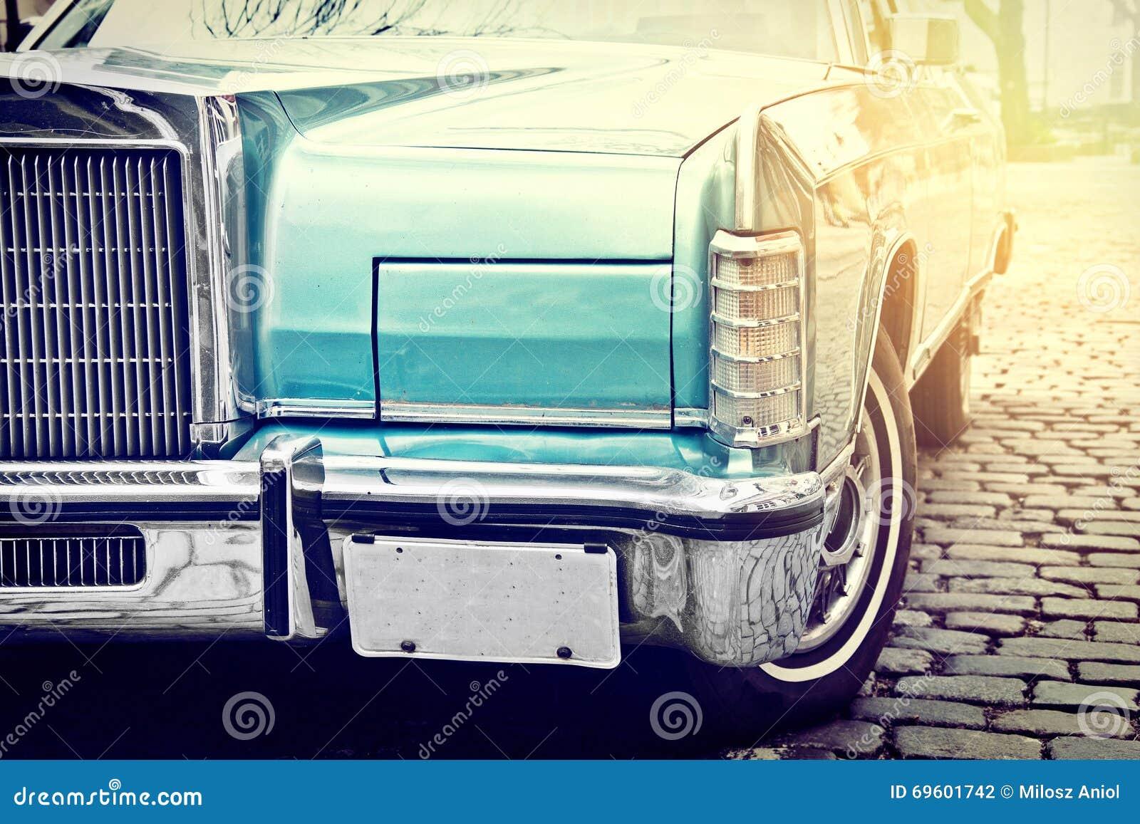 La retro automobile d annata ha parcheggiato in vecchia via della città