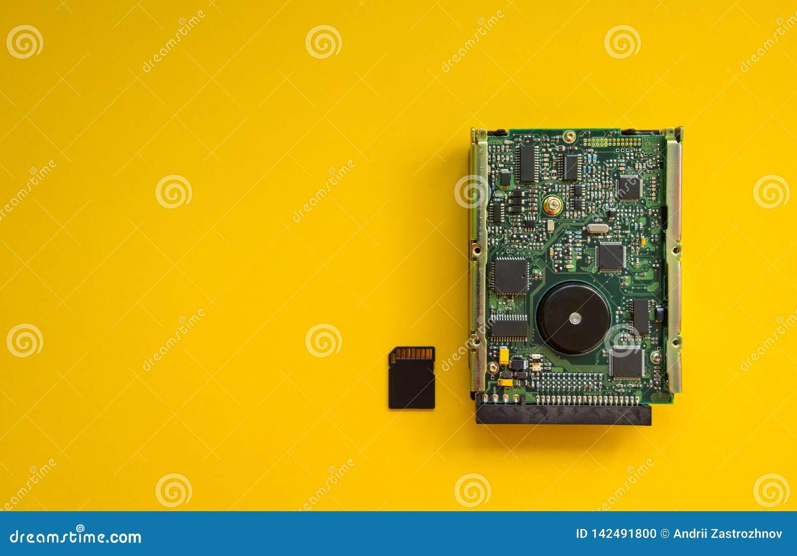 La revolución de los dispositivos de memoria de la tecnología en un fondo amarillo, concepto
