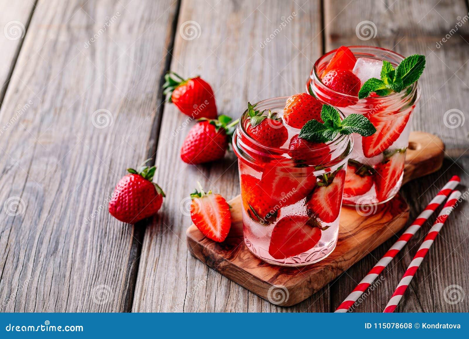 La rhubarbe de fraise de ketmie a glacé le thé avec la menthe Cocktail ou limonade glacé d été dans le pot de maçon
