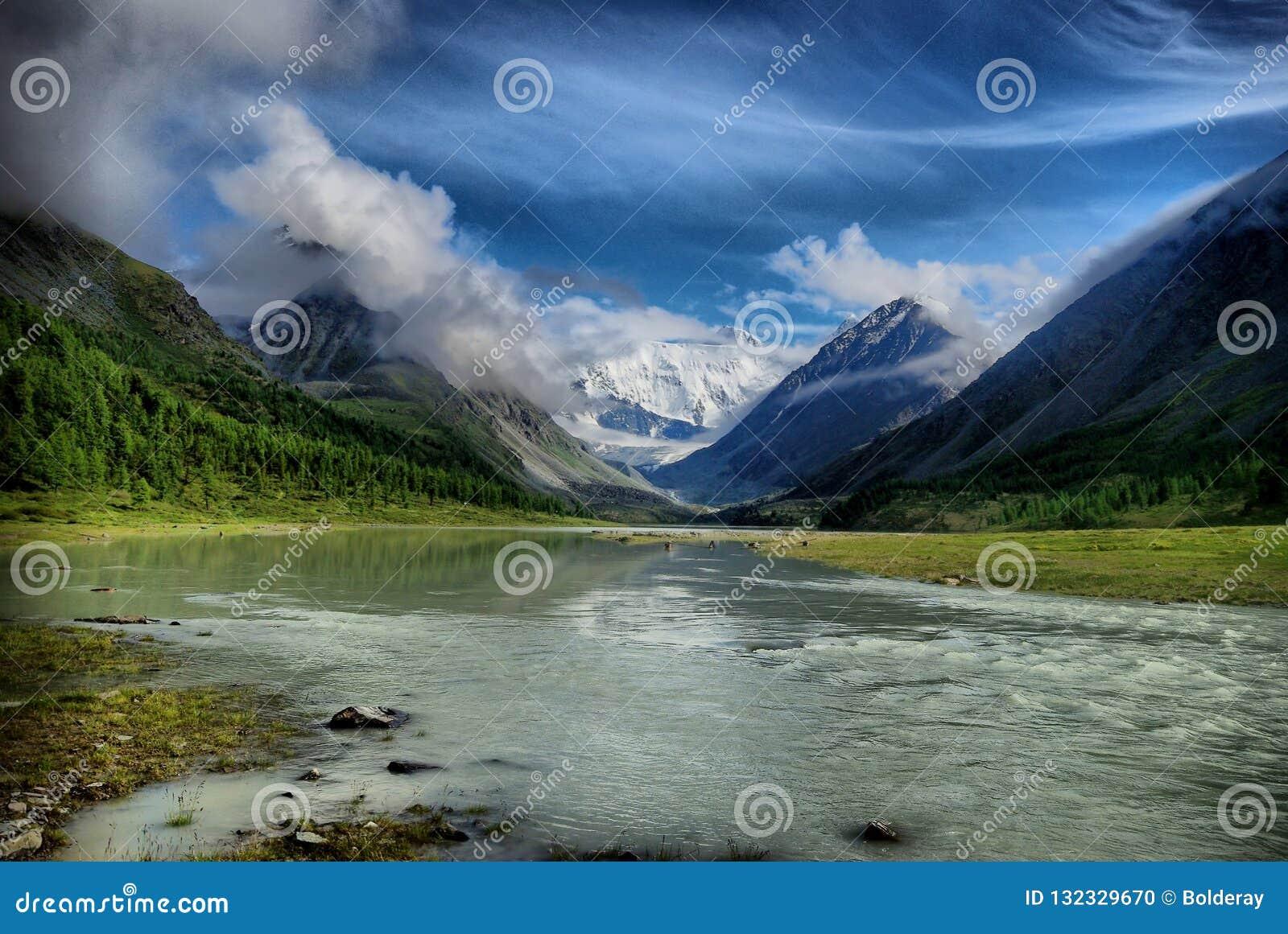 La rivière dans les collines du Sikhote-Alin Une rivière de taiga La rivière avec les rivages boisés et le ciel sans nuages bleu