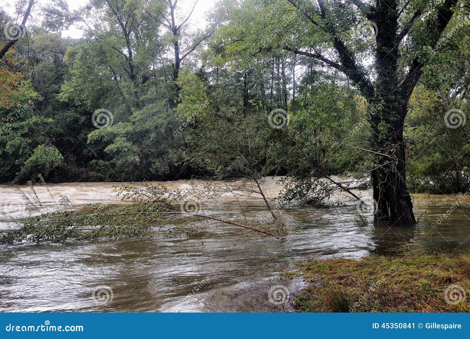 La rivière de Vidourle en inondation après forte pluie