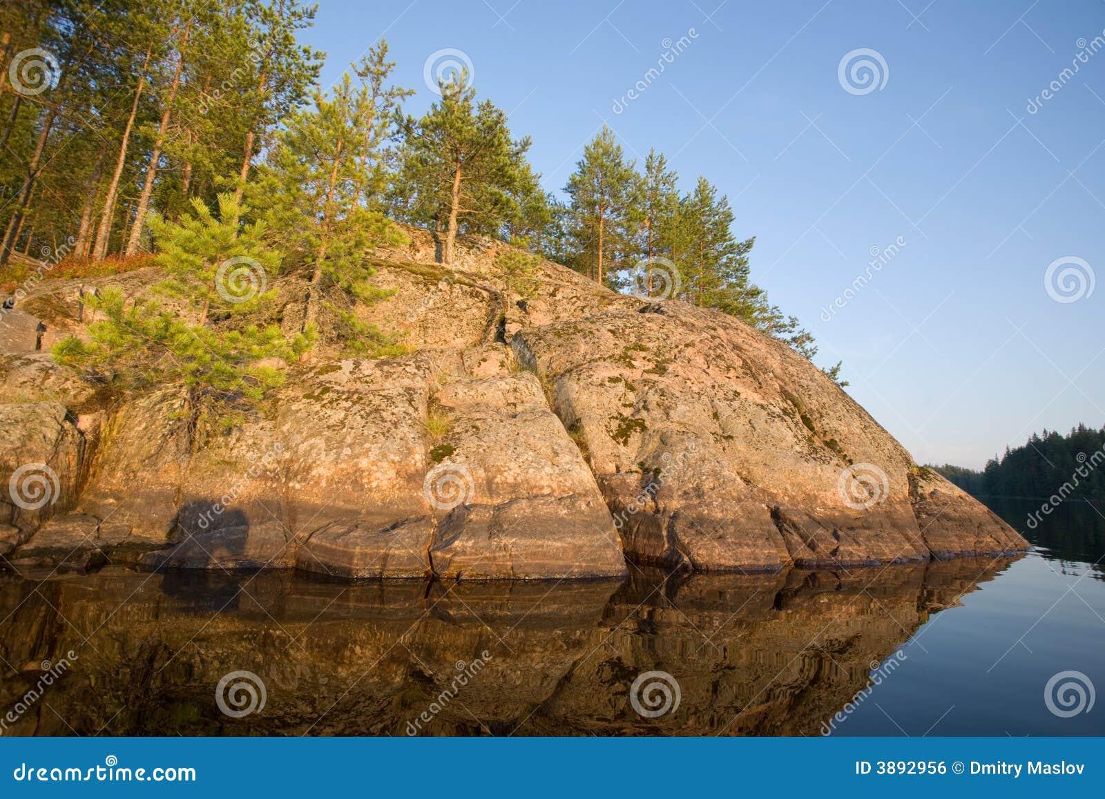 La roccia del lago