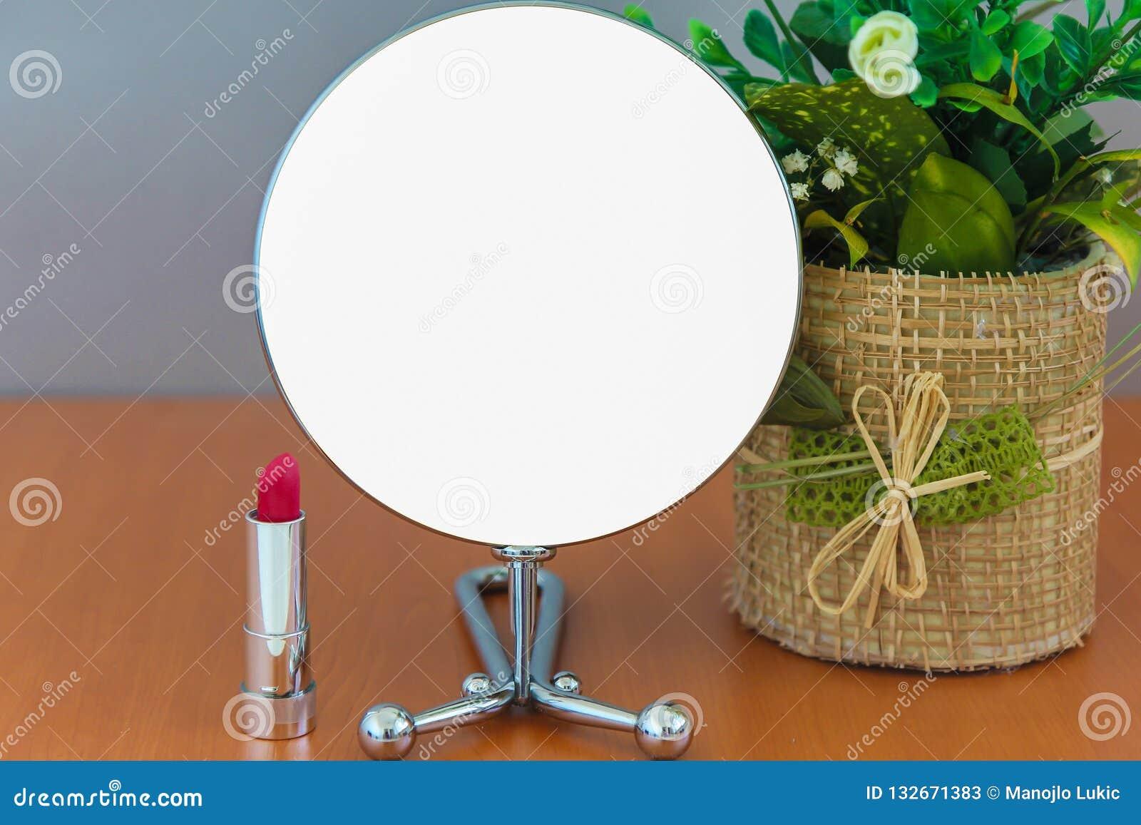 La ronda moderna brillante vacía del metal compone el espejo en la bandera en blanco blanca del anuncio de la tabla de madera fal