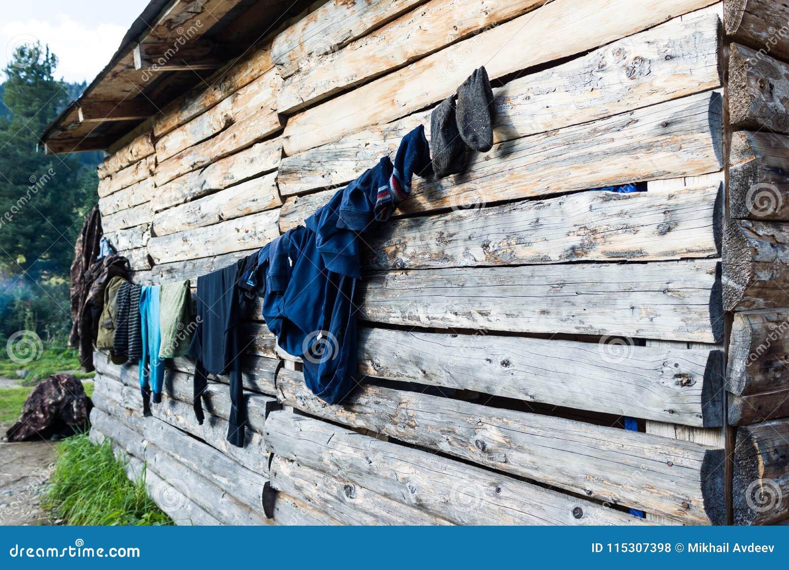 La ropa se seca en la pared