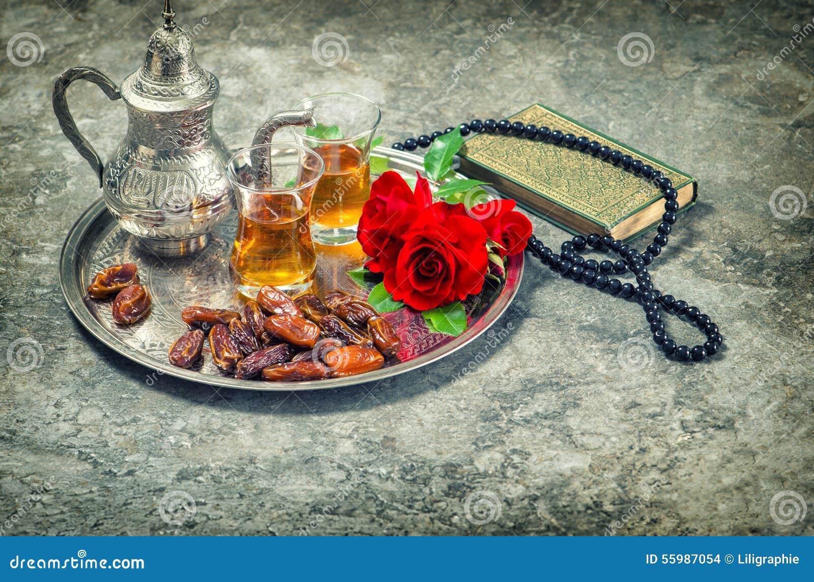 La rosa del té y del rojo florece, quran del libro sagrado y rosario El Ramadán kar
