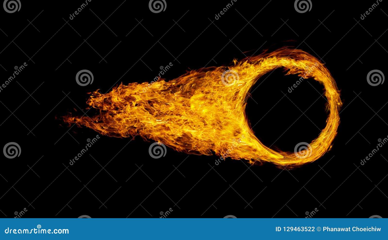 La roue ou le cercle de voiture a enveloppé en flammes d isolement sur le backgr noir