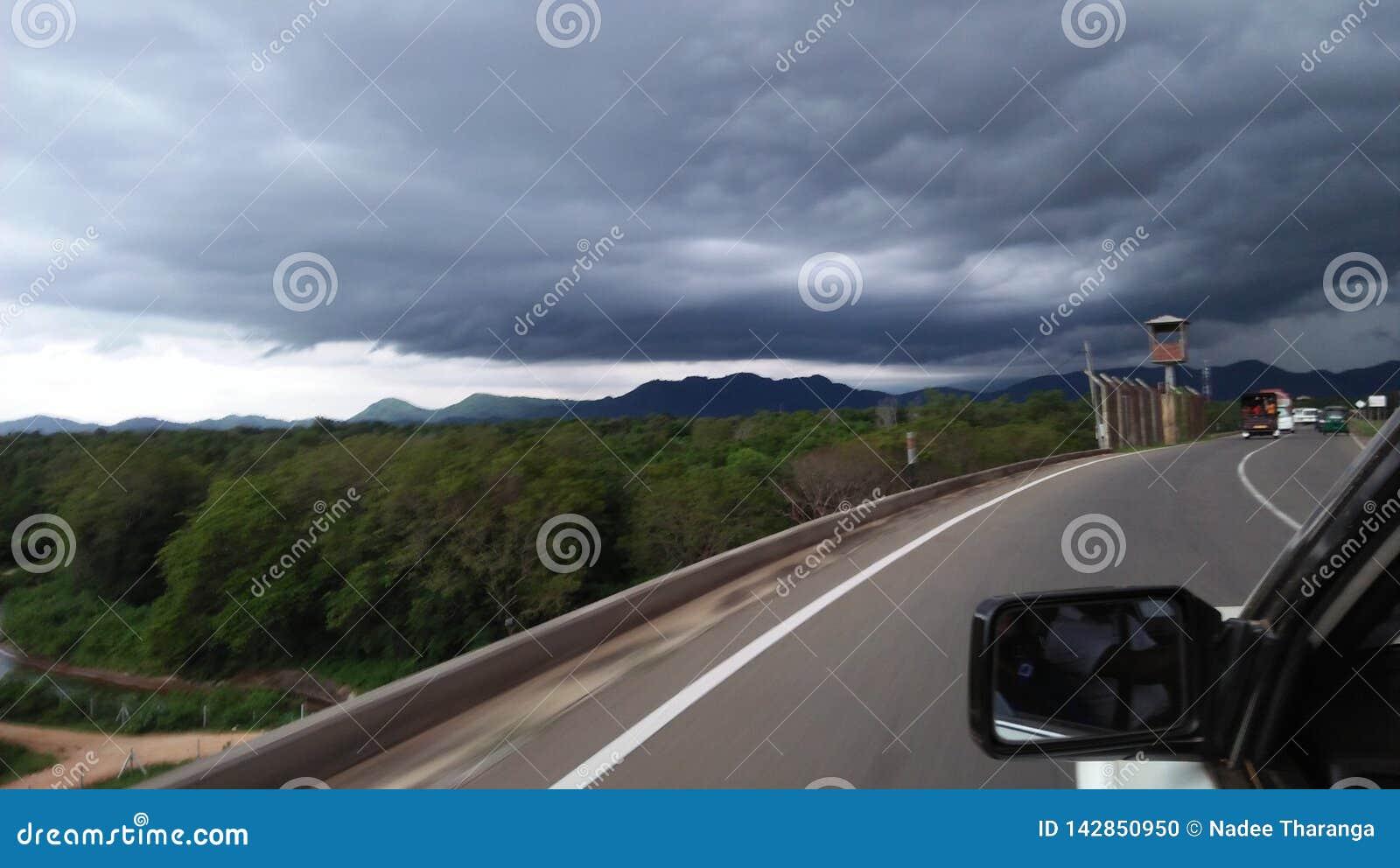 La route de route du Sri Lanka dans le but est belle